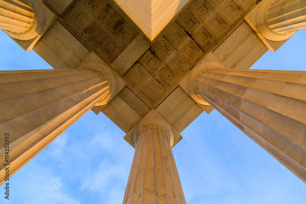 Plafond Symmetrical au Top Corner of Lincoln Memorial Roof au cours tôt le matin DC Sunrise Poster