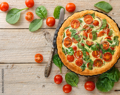 Cuadros en Lienzo Summer outdoor tart, pie of fresh vegetables - tomatoes, spinach and red onion with cream and cheese