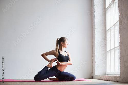 Staande foto School de yoga Practices yoga.