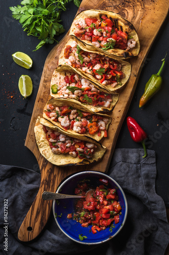 Shrimp tacos with homemade salsa, limes and parsley Fototapet