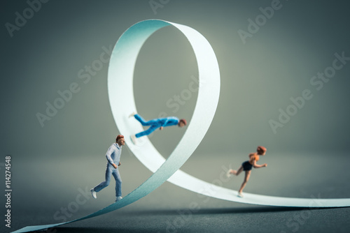 Fotografie, Obraz  一回転している道を走るミニチュアの人間