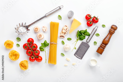 Photo  Fettuccine and spaghetti with ingredients for cooking pasta