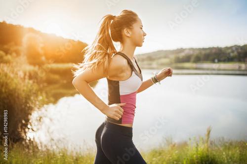 Poster Jogging Beautiful young woman run in nature