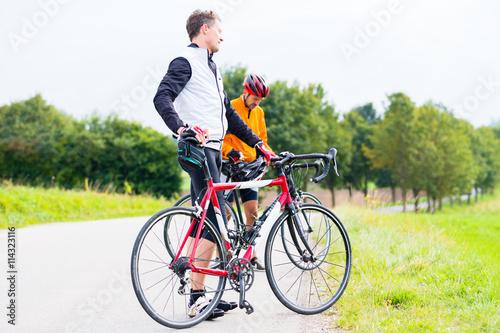 Fotografie, Obraz  Zwei Sport Radfahrer, abgestiegen, machen eine Pause