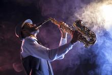 Saxofonista Sobre Escenario Co...