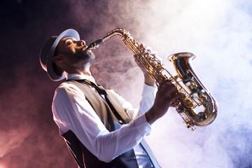 Obraz na płótnie Canvas Saxofonista retro entre humo