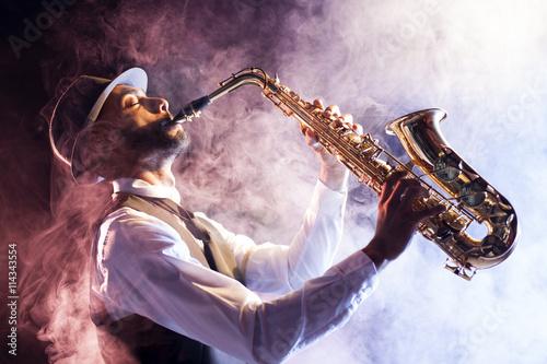 Photo  Saxofonista entre el humo
