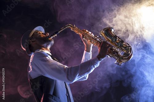 Photo  Saxofonista sobre escenario con humo