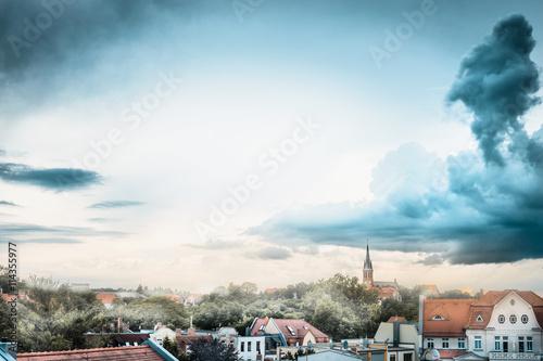 widok-stary-europejski-miasto-z-czerwonymi-dachami-i-pieknym-niebem