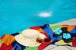pool, Swimmingpool, Bad, Badezeit, Sommer, Freibad, Wasser, Copyspace, Handbuch, Sonnenhut, Sonnenbrille, Badeschuhe