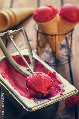 fototapeta na lodówkę Homemade Strawberry Ice Cream
