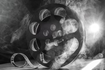 Rolka filmu retro w dymie. czarny i biały