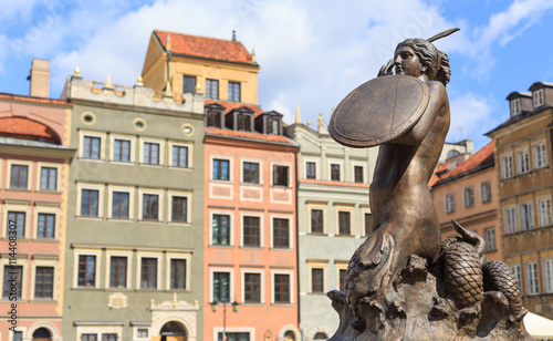 fototapeta na szkło Warszawa, Stare Miasto. Posąg Syrenki Warszawskiej będącej symbolem Warszawy