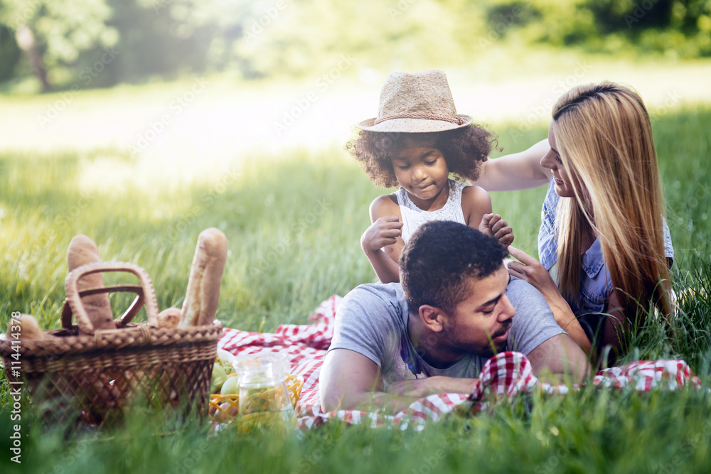 Fototapety, obrazy: Family picnicking outdoors