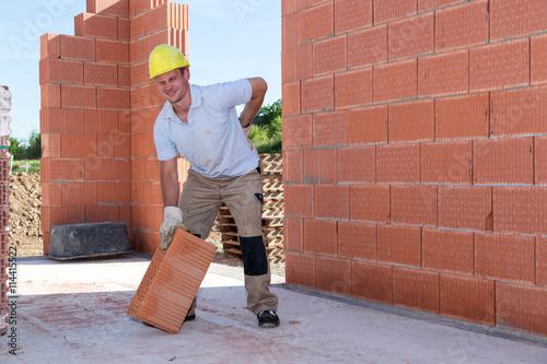 Bauarbeiter hat rückenschmerzen