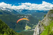 Paraglider At The Start From The Top Of Mountain / Paraglider Beim Start Vom Berg Gipfel Alpen
