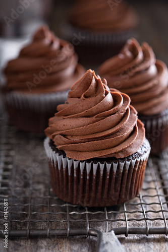Photo  Chocolate cupcakes with whipped ganache