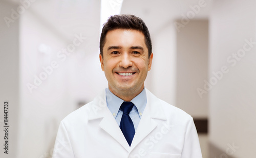 Fotografia  smiling doctor in white coat at hospital