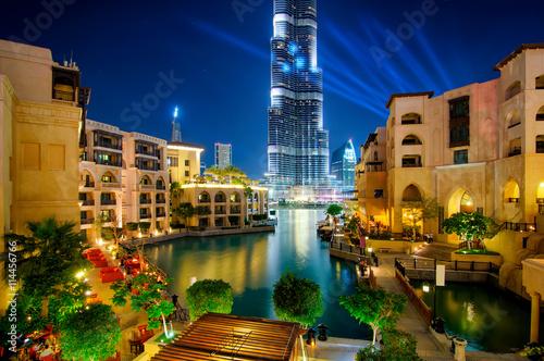 Fototapeta Sławny centrum miasta w Dubaj przy nocą. Zjednoczone Emiraty Arabskie.