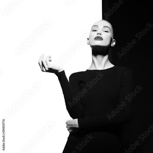 Fotografia  Elegant blode in geometric black and white background