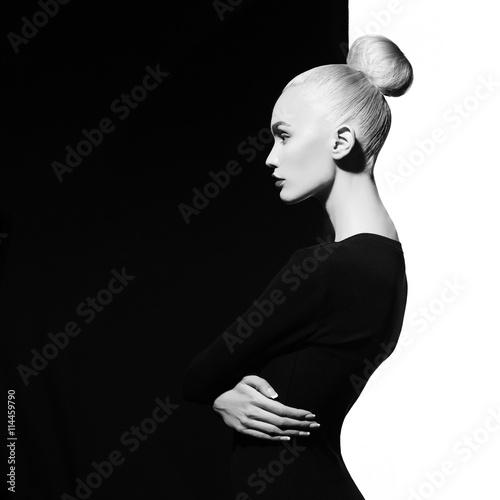 Foto auf Acrylglas womenART Elegant blode in geometric black and white background