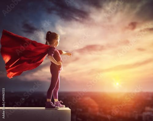 Fotografía  Niño juega superhéroes