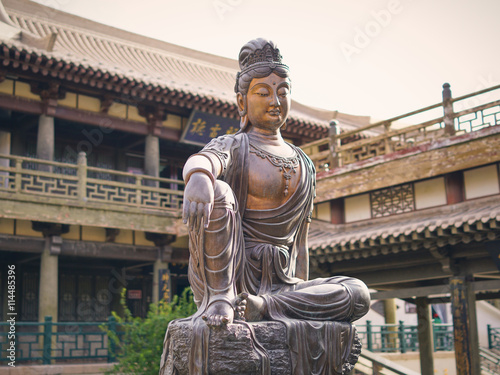Photo  Buddha Statue at the Crescent Moon Pagoda in Dunhuang on the Silk Road (Gansu Pr