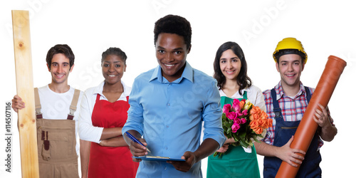 Lachender afrikanischer Kaufmann mit anderen internationalen Azubis
