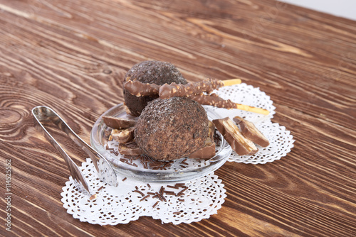 fototapeta na lodówkę Cupcake with chocolate on wooden background