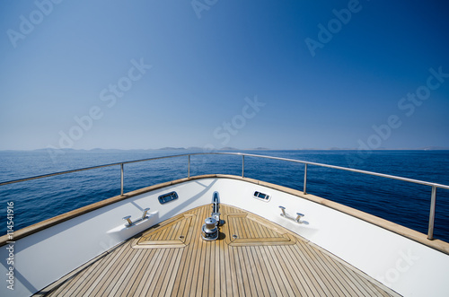 Photo Wide angle shot of front of the yacht in summer time