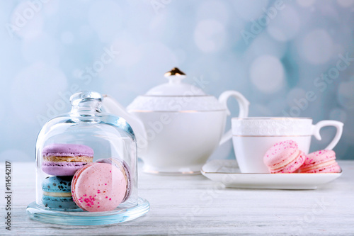 Foto auf AluDibond Macarons Tasty macaroons with tea on wooden table