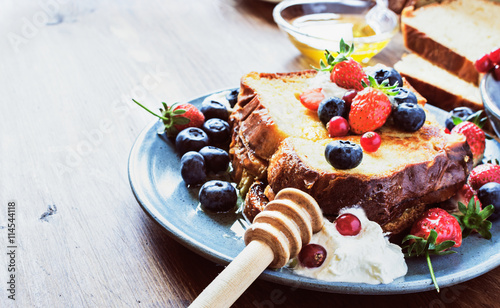 Fotografía  Homemade french toast sticks with honey and fresh berries