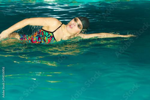 Foto auf AluDibond Tauchen Woman athlete swimming crawl stroke in pool.