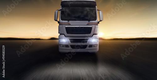 Photo  Lastkraftwagen frontal im Sonnenuntergang