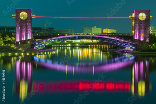 Foto op Plexiglas Japan Beautiful architecture building and colorful bridge in twilight
