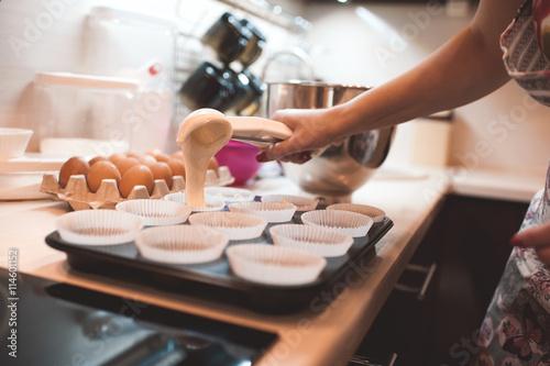 Photo  Woman cooking cupcakes closeup