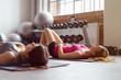 frauen im fitnessstudio liegen entspannt auf dem boden
