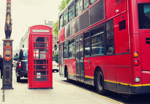 Poster Londres bus rouge double decker bus and telephone booth in london
