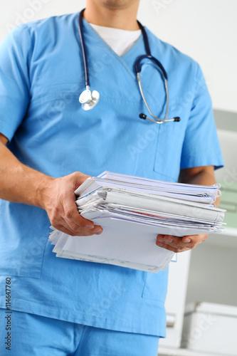 Fotografía  Hands of medicine therapeutist doctor wearing blue uniform