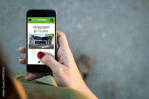 Fotografía  Woman walking smartphone interface real estate app
