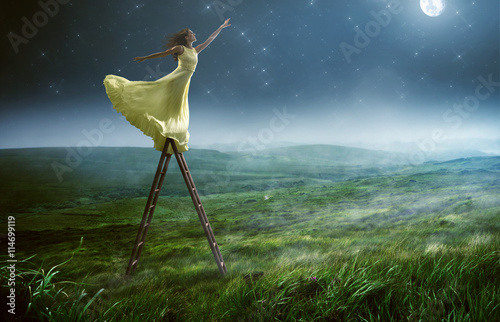 Obraz Frau greift nach den Sternen - fototapety do salonu