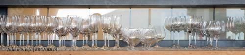 Verschiedene Gläser im Regal