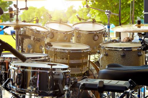 Zdjęcie XXL Akustyczny zestaw perkusyjny na scenie przed koncertem