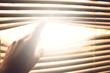 Leinwandbild Motiv Sonnenlicht kommt durch die Jalousie