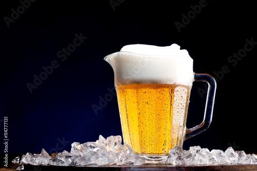 chlodny-kufel-piwa-z-lodem-na-ciemnym-tle