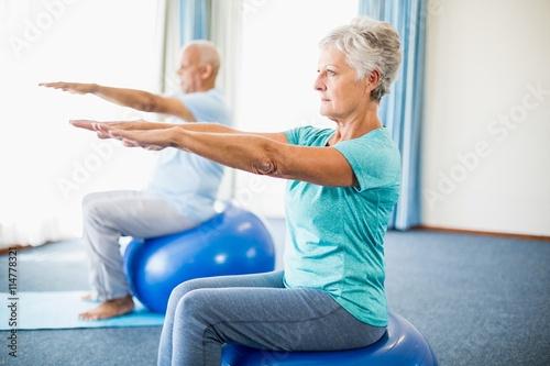 Fotomural  Seniors using exercise ball