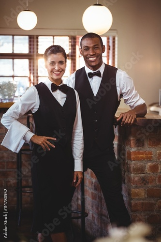 Fotografía  Portrait of waiter and waitress standing together