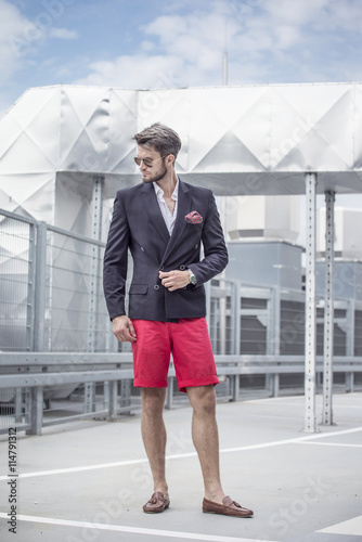 obraz dibond Handsome man in the jacket on a city background