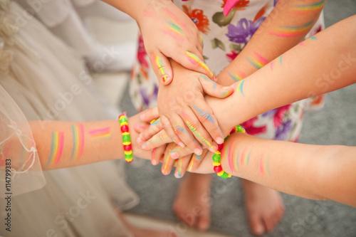 Fotografía  United children's hands closeup. the painted