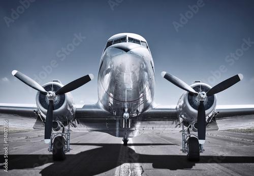 Türaufkleber Flugzeug airplane on a runway